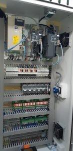 Подавателни мотори и регулатори SIEMENS SINAMIC на CNC патронен струг с наклонени направляващи